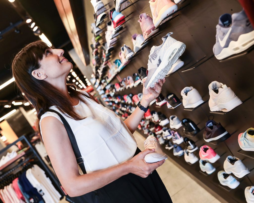 Mujer comprando zapatillas