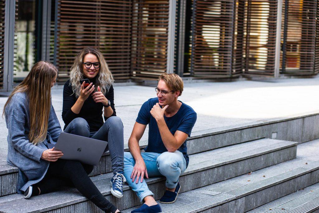 Grupo de jóvenes charlando
